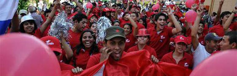 Celebraciones en la calle de seguidores del FMLN.
