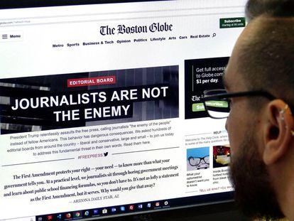 Un hombre, en la edición de este jueves de 'The Boston Globe'.