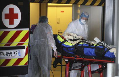 Traslado de un paciente desde un hospital de París a un centro de Rennes (Francia), el domingo.