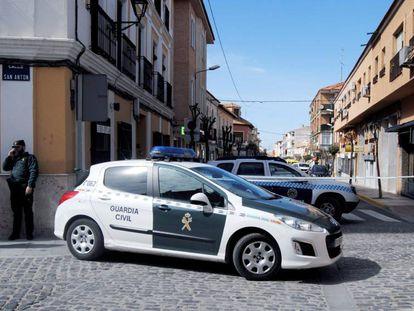 Varios coches de la Guardia Civil, este miércoles en Manzanares (Ciudad Real).