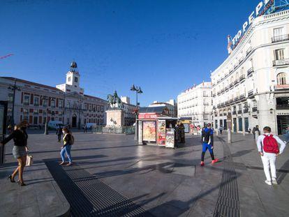Ambiente en la céntrica Puerta del Sol de Madrid, esta mañana, antes de que el Consejo de Ministros decretase el estado de Alarma.