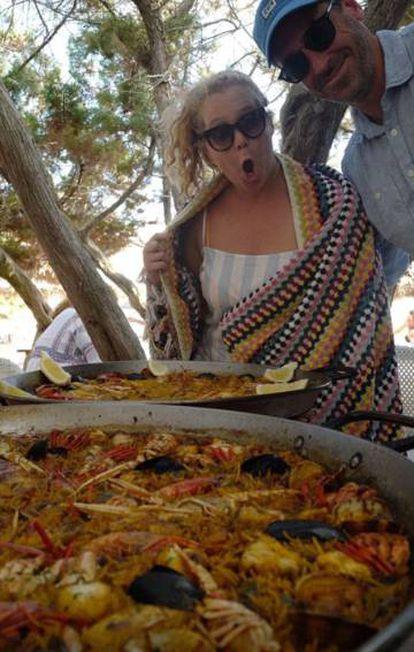 Amy Schumer compartió en los 'stories' de su cuenta de Instagram esta estampa con dos paellas en julio de 2018 durante unas vacaciones en la costa española. Pese a que no indicó el lugar en el que estaba, su amor por Altea y Calpe indica que podría andar cerca.