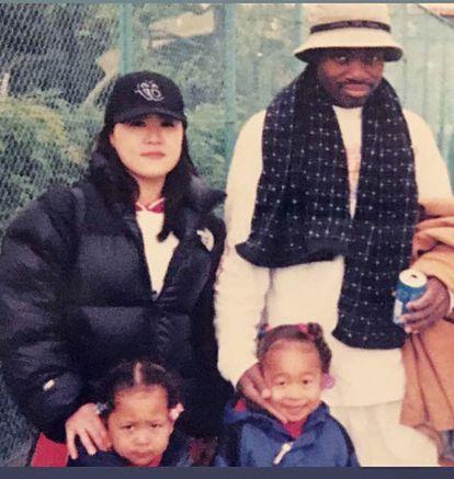 Osaka, abajo a la izquierda, junto a sus padres y su hermana en una imagen de la infancia.