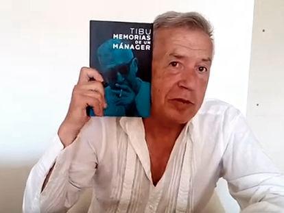Tibu, con su libro 'Memorias de un mánager', en una imagen de un vídeo promocional de YouTube.