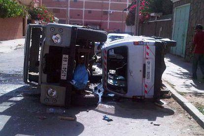 Vehículos volcados y con las lunas destrozadas como consecuencia de los disturbios en El Aaiún.
