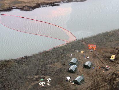 Un equipo analiza el vertido de combustible diésel al río Ambárnaya, cerca de la ciudad siberiana de Norilsk.