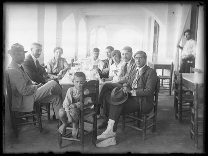 El artista Joaquim Saunière, Anthony Pla y Maria Casadeval, los padres del escritor, Torres, los hermanos Pere, Maria y Josep Pla y el poeta y dibujante Josep Maria Junoy.  Todo alrededor de una mesa bajo las Voltes de Calella de Palafrugell, en 1920.