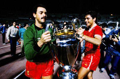 Michael Robinson junto a Gobeelaar con la Copa de Europa que ganó el Liverpool en Roma