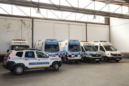 21/05/2020 Equipo de ambulancias y vehículos medicalizados, en la nave de Navas del Marqués (Ávila) este domingo.