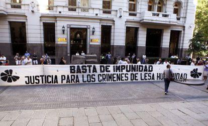 Un grupo de activistas se manifiestan frente a la sede de la Suprema Corte de Justicia en Montevideo (Uruguay).