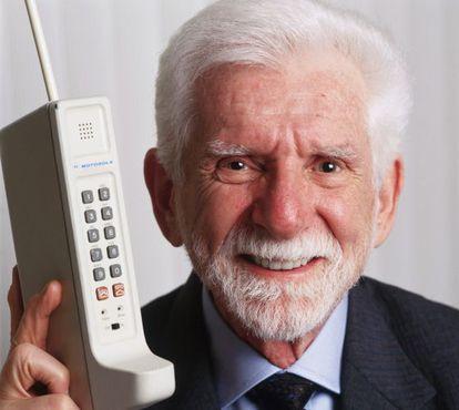 Martin Cooper, con el primer teléfono móvil.