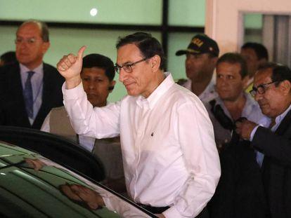 El vicepresidente peruano, Martín Vizcarra, saluda a su llegada al aeropuerto de Lima.