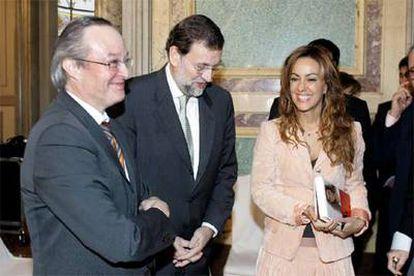 La escritora María de la Pau Janer con Mariano Rajoy y Josep Piqué, ayer en Madrid.