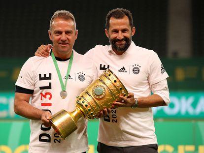 Hansi Fick (izquierda) y Hasan Salihamidzic posan con la Copa de Alemania 2020.