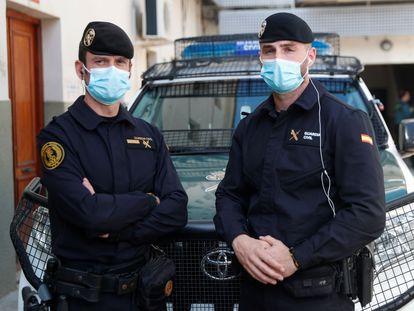 Los guardias civiles Damián Salido (izquierda) y Francisco Gonzalez que intervinieron el pasado lunes para socorrer a María Teresa L.P.
