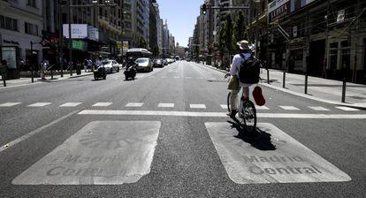 Un ciclista en Madrid Central a principios de julio.