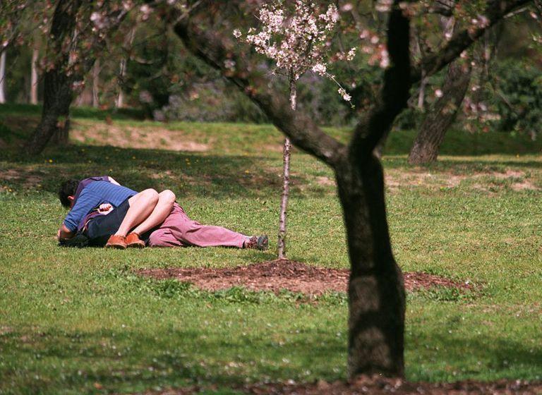 Una pareja en un parque de Madrid, en una imagen de archivo.