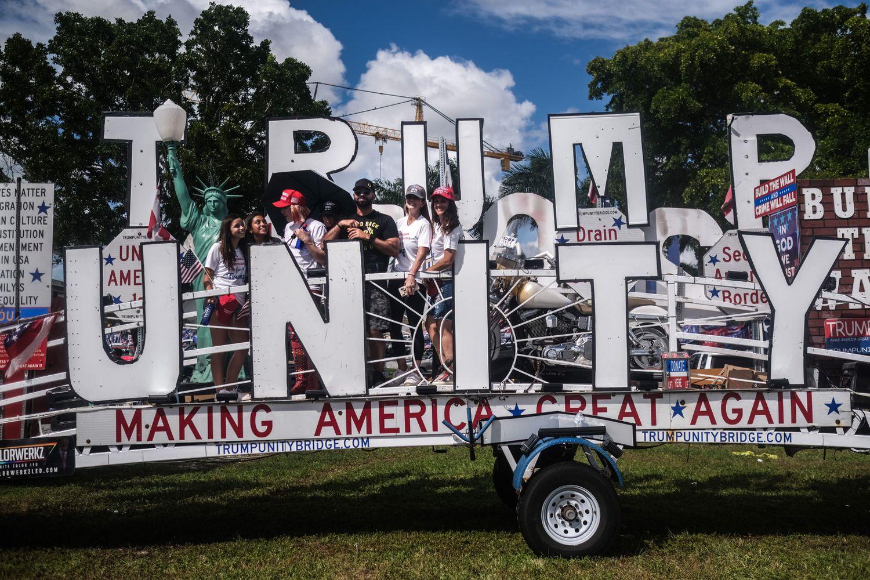 Una carroza de Latinos con Trump en Miami.