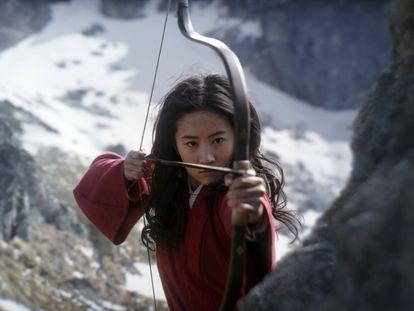 Yifei Liu, la protagonista de 'Mulan,' en un momento del filme.