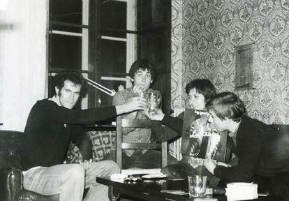 José Joaquín Sánchez, 'El Jaro' (derecha), sostiene el disco 'Hoy igual que ayer', de Los Chichos, en 1978.