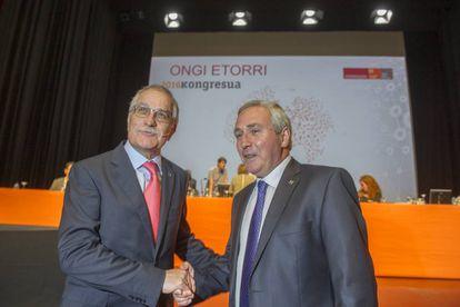 El presidente de la Corporación Mondragón, Javier Sotil, saluda a quien será su sucesor, Iñigo Ucín.