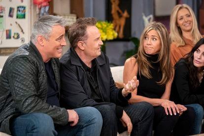 El reparto de 'Friends', recordando anécdotas en el antiguo decorado de la serie.