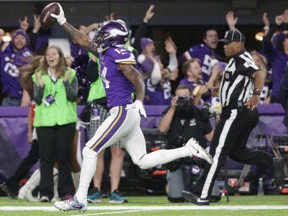 El receptor Stefon Diggs captura el balón durante contra Saints.