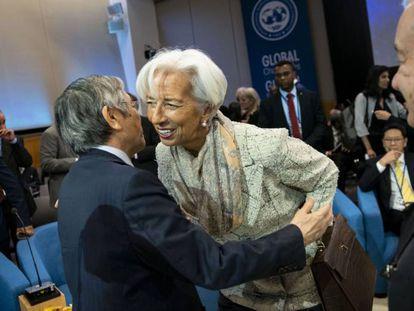 Christine Lagarde, presidenta del BCE saluda a Haruhiko Kuroda, gobernador del Banco de Japón.