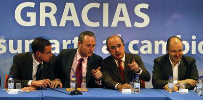 Alberto Fabra, segundo por la izquierda, junto a otros miembros del PP