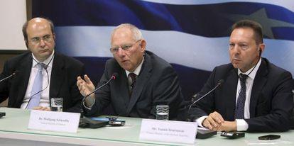 Schäuble (centro) y Sturnaras (derecha), el mes pasado en Atenas.