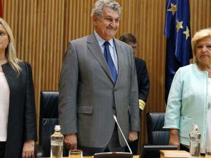 El presidente del Congreso, Jesús Posada, junto a las presidentas, de la Fundación de Víctimas del Terrorismo (FVT), Mari Mar Blanco, a la izquierda, y de la Asociación Víctimas del Terrorismo (AVT), Ángeles Pedraza.