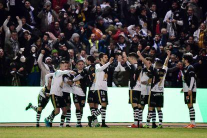 Los jugadores de Unionistas celebran su gol al Madrid.