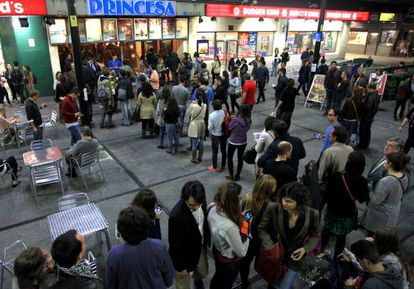 Colas en los cines Princesa de Madrid, durante la VII Fiesta del Cine.