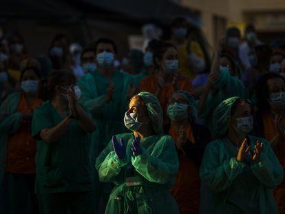 Sanitarios del Hospital Gregorio Marañón devuelven los aplausos de la gente en los balcones, el pasado julio.