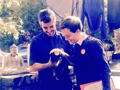 El candidato laborista Oliver Coppard (izquierda) y Owen Jones con el cachorro Walter en casa de una familia de Sheffield.