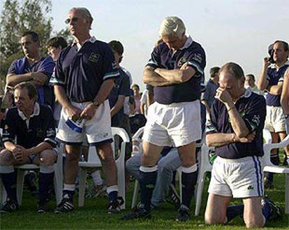 Varios de los supervivientes uruguayos, durante la misa anterior al partido que jugaron ayer en Santiago.