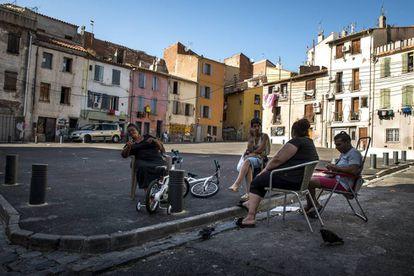 Cuatro vecinos reunidos en una plaza del barrio de Saint Jacques, en la ciudad francesa de Perpiñán.