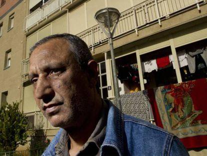 Mohamed Aziz frente a su vivienda en Martorell (Barcelona), en una imagen de archivo. En vídeo, el Supremo da la razón a la banca.