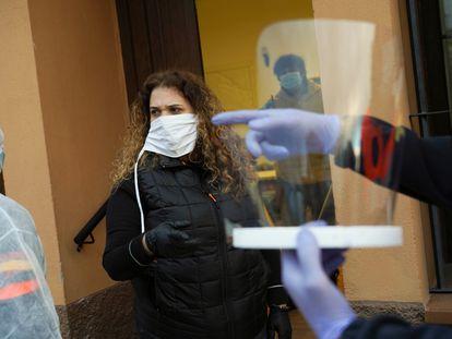 Eva Gallego, alcaldesa de Madarcos, organiza un reparto de material fabricado por los vecinos.