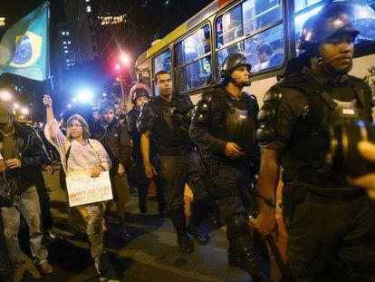 Policías controlan una marcha contra el Mundial hacia el barrio de Lapa en Río de Janeiro. / Mario Tama (getty)