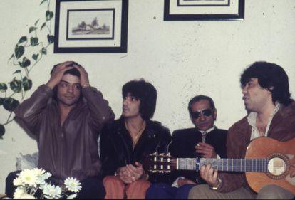 Los Chunguitos en 1985 junto a su padre (el cantaor Gonzalo Salazar, segundo por la derecha), en el salón del piso que la familia tenía en Vallecas (Madrid).