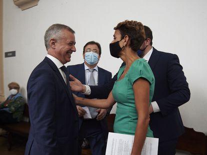 La presidenta de Navarra, María Chivite, dialoga con el lehendakari, Íñigo Urkullu en presencia del presidente de la Junta de Extremadura, Guillermo Fernández Vara., en una imagen de julio de 2020.