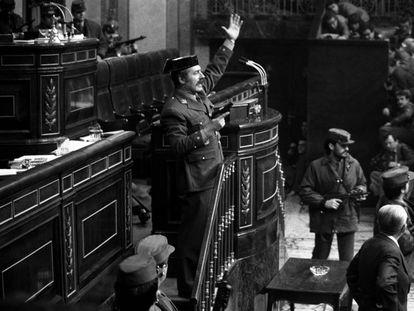 El teniente coronel Tejero, pistola en mano, en la tribuna del Congreso de los Diputados el 23 de febrero de 1981.