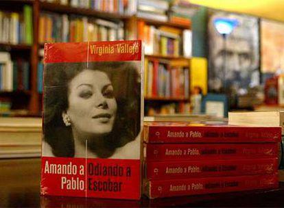 Ejemplares del libro Amando a Pablo, odiando a Escobar, de Virginia Vallejo, en una librería colombiana