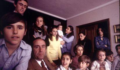 José María Ruiz-Mateos, su mujer y sus hijos en una foto familiar.