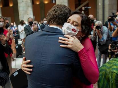 La presidenta de la Comunidad de Madrid, Isabel Díaz Ayuso, saluda al líder del PP, Pablo Casado, en el acto de la jura de cargo, este sábado.