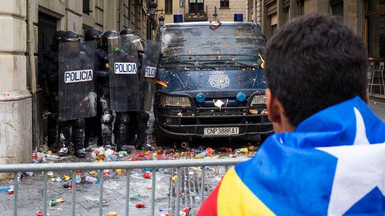 La policía se protege del lanzamiento de objetos en una protesta por la sentencia del 'procés' en 2019.