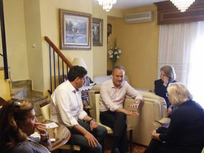 El candidato del PP y presidente del Consell explica su proyecto a unas vecinas de Alaquàs.
