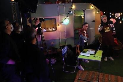 Virginia Díaz y Mikel López Iturriaga en un instante de la grabacion de 'CachitosFest' en los estudios de RTVE de Sant Cugat del Valles.