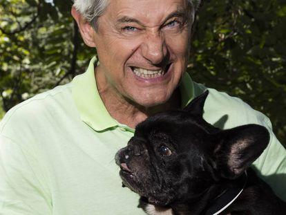Josema Yuste con su perro Chulo, en un parque de Madrid.